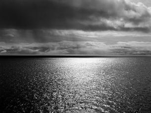 雨が近づく海の写真素材 [FYI03376604]