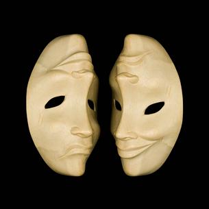 木彫りの仮面の写真素材 [FYI03376636]