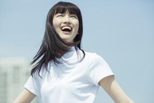 笑顔で空を見上げる女子高生の写真素材 [FYI03376804]