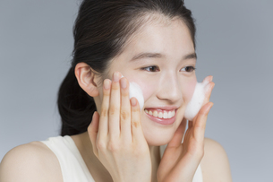 日本人女性の洗顔イメージの写真素材 [FYI03376858]