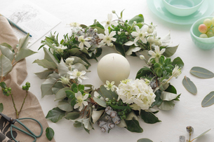 白い花のリースの写真素材 [FYI03376883]