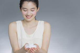 日本人女性の洗顔イメージの写真素材 [FYI03376888]