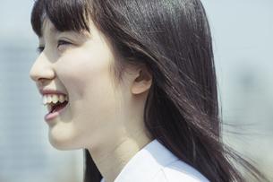 笑顔の女子高生の写真素材 [FYI03376892]