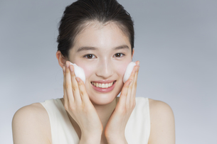 日本人女性の洗顔イメージの写真素材 [FYI03376901]