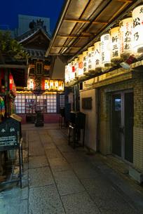 厳かな明かりが灯る京都・目疾地蔵(仲源寺)の写真素材 [FYI03376982]