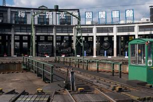 蒸気機関車が並ぶ京都・梅小路蒸気機関車館の扇型車庫と転車台の写真素材 [FYI03376989]