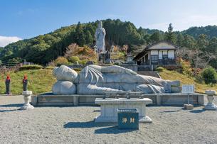 壷阪寺,大観音石像と大涅槃石像の写真素材 [FYI03377021]
