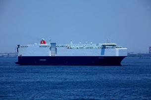 自動車専用船 レインボーブリッジ 東京湾の写真素材 [FYI03377212]