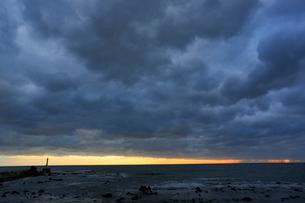 日本海 雲 冬 夕暮れ 灯台 弁天島 大間越街道の写真素材 [FYI03377278]