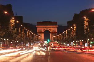 夕暮れのシャンゼリゼと凱旋門の写真素材 [FYI03377321]
