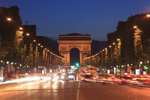 夕暮れのシャンゼリゼと凱旋門の写真素材 [FYI03377333]