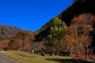秋のふれあいの森と両神山の写真素材 [FYI03377422]