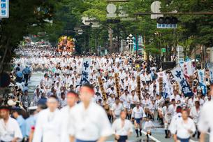博多祇園山笠の集団山見せで福岡部に乗り入れる中洲流の舁き山の写真素材 [FYI03377496]