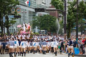 博多祇園山笠の集団山見せで福岡部に乗り入れる恵比寿流の舁き山の写真素材 [FYI03377502]