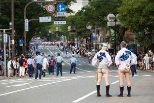 博多祇園山笠の集団山見せで一番山笠を待つ中洲流の男性の写真素材 [FYI03377509]