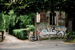 パリ近郊の落書きと自転車の写真素材 [FYI03377528]