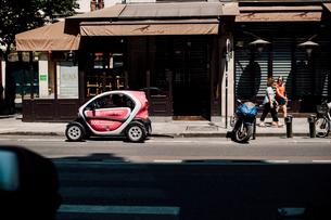 小型電気自動車とバイクの写真素材 [FYI03377542]