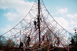 パリ花公園のジャングルジムで遊ぶ子どもたちの写真素材 [FYI03377546]