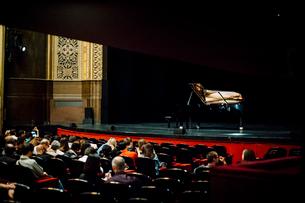 シャトレ座の舞台とピアノの写真素材 [FYI03377548]