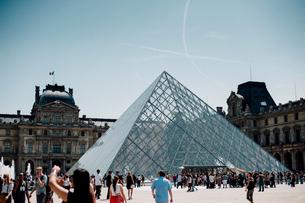 ルーブル美術館のピラミッドの写真素材 [FYI03377558]