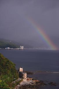 伊東にかかる虹、その2の写真素材 [FYI03377668]