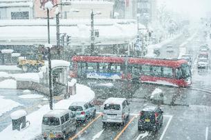 雪の日の高岡駅前と万葉線4の写真素材 [FYI03377742]