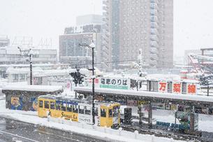 雪の日の高岡駅前と万葉線2の写真素材 [FYI03377752]