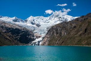 ワスカラン国立公園のワンツァン峰とラフコルタ湖の写真素材 [FYI03377755]