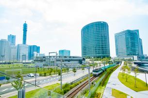 高層ビル群の中を走る貨物列車(高島線)の写真素材 [FYI03377758]