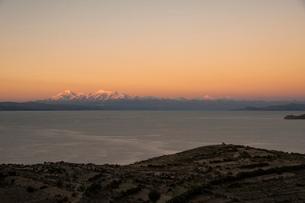 チチカカ湖の「太陽の島」の段々畑から望むアンデス山脈のイヤンプー峰の写真素材 [FYI03377760]