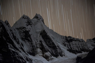 ワイワッシュ山群のヒリシャンカ峰と星の軌跡の写真素材 [FYI03377763]