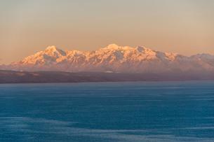 チチカカ湖の「太陽の島」から望むアンデス山脈のイヤンプー峰の写真素材 [FYI03377764]