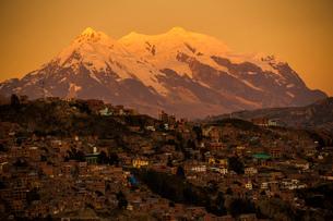 ラパス市街地から望むアンデスの霊峰イリマニの写真素材 [FYI03377770]