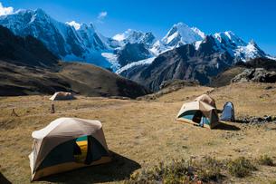 ワイワッシュ山群を一望するキャンプ地の写真素材 [FYI03377774]