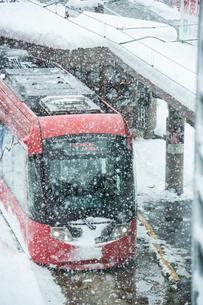 雪の日の高岡駅前と万葉線3の写真素材 [FYI03377779]