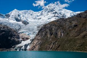 ワスカラン国立公園のワンツァン峰とラフコルタ湖の写真素材 [FYI03377780]