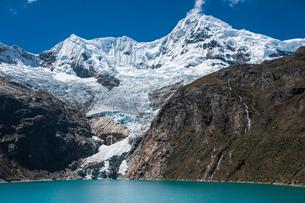 ワスカラン国立公園のワンツァン峰とラフコルタ湖の写真素材 [FYI03377783]