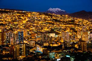 ラパスの夜景と霊峰イリマニの写真素材 [FYI03377796]