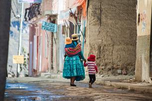 ボリビア先住民アイマラ族の民族衣装で歩く家族の写真素材 [FYI03377797]