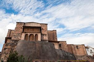 コリカンチャ神殿の基部とサントドミンゴ教会の写真素材 [FYI03377838]