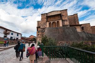 コリカンチャ神殿の基部とサントドミンゴ教会の写真素材 [FYI03377839]