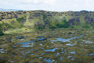 イースター島のラノカウ火口湖の写真素材 [FYI03377850]