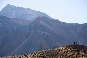 南米最高峰アコンカグア山麓のトロサ山を望む人の写真素材 [FYI03377861]