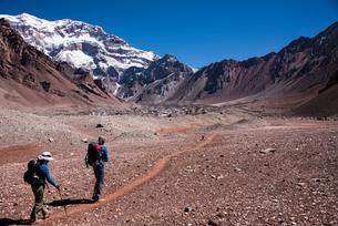 南米最高峰アコンカグア南壁と登山者の写真素材 [FYI03377869]