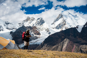ペルー ワイワッシュ山群を望む登山者の写真素材 [FYI03377917]