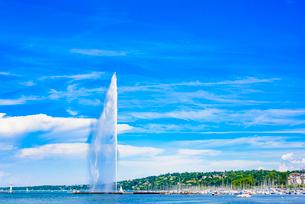 晴れ渡った空とジュネーブの大噴水の写真素材 [FYI03377996]