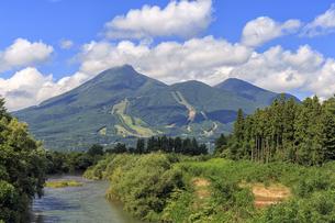 長瀬川と磐梯山の写真素材 [FYI03378136]