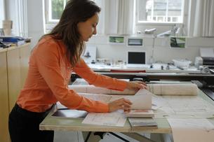 製図台と女性の写真素材 [FYI03378313]