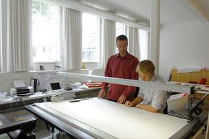 製図台と2人の男性の写真素材 [FYI03378320]