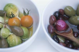 野菜のピクルスとオリーブのカクテルの写真素材 [FYI03378346]